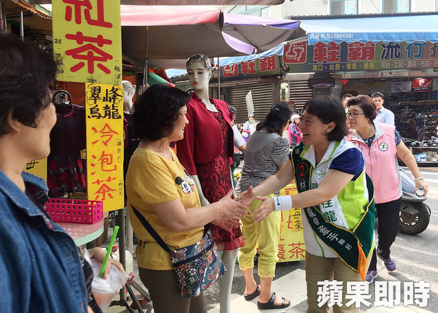 A political candidate at a market during election season in Taiwan by Like It Formosa - Taipei Free Walking Tour