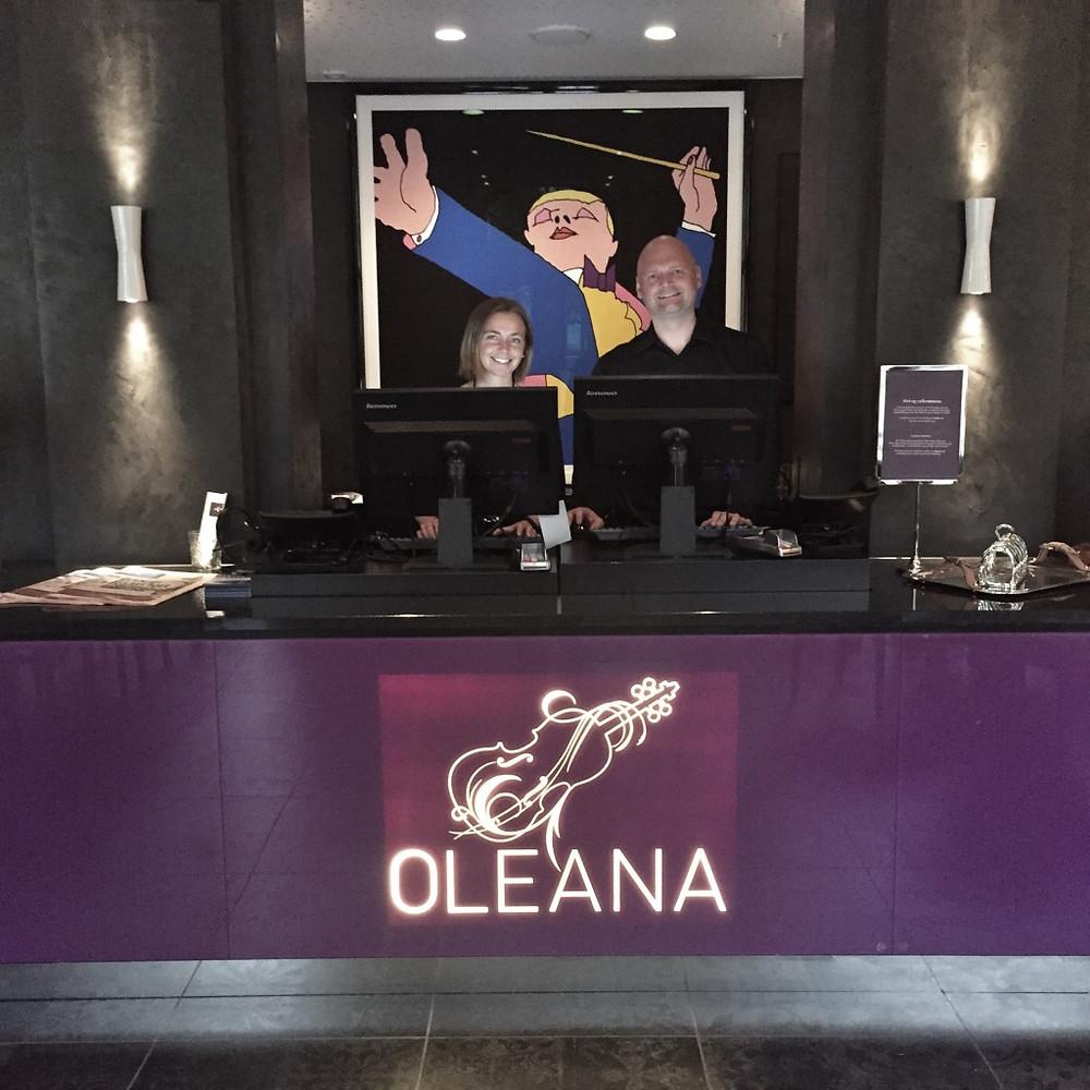Monika og Steinar stråler bak respesjonen på Hotell Oleana