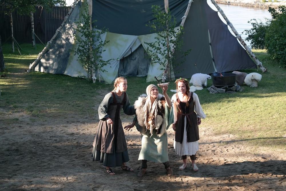 Tora, Gammel-Geir og Kjellaug diskuterer utreise fra Nesodden