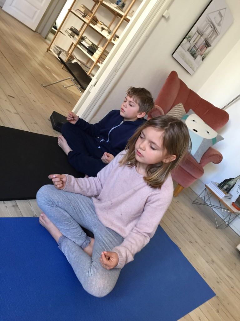 ...og til dere som lurer på hvordan det går med yoga og meditasjons-rutinen min; det går superbra - vi har startet hver morgen med en økt! ...men det får bli det annet innlegg ;)