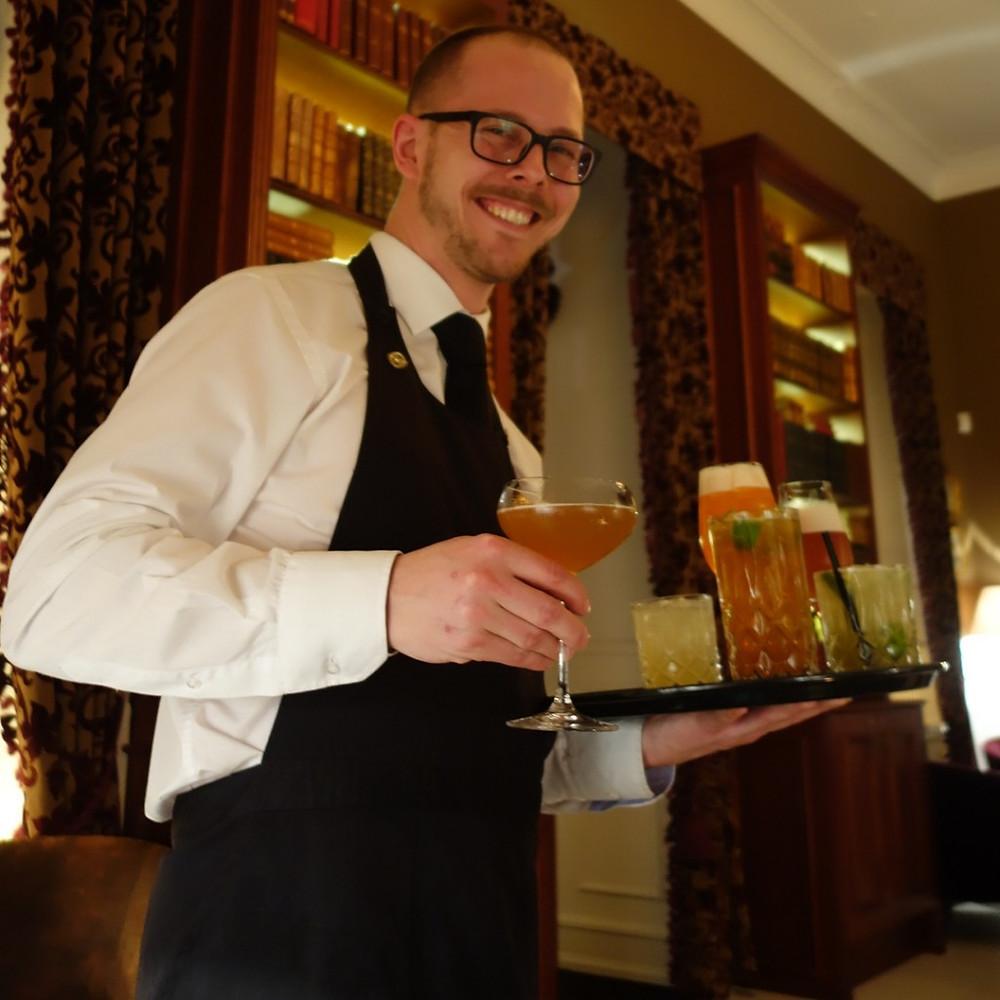 Nicolas i baren på Kokkedal Slott