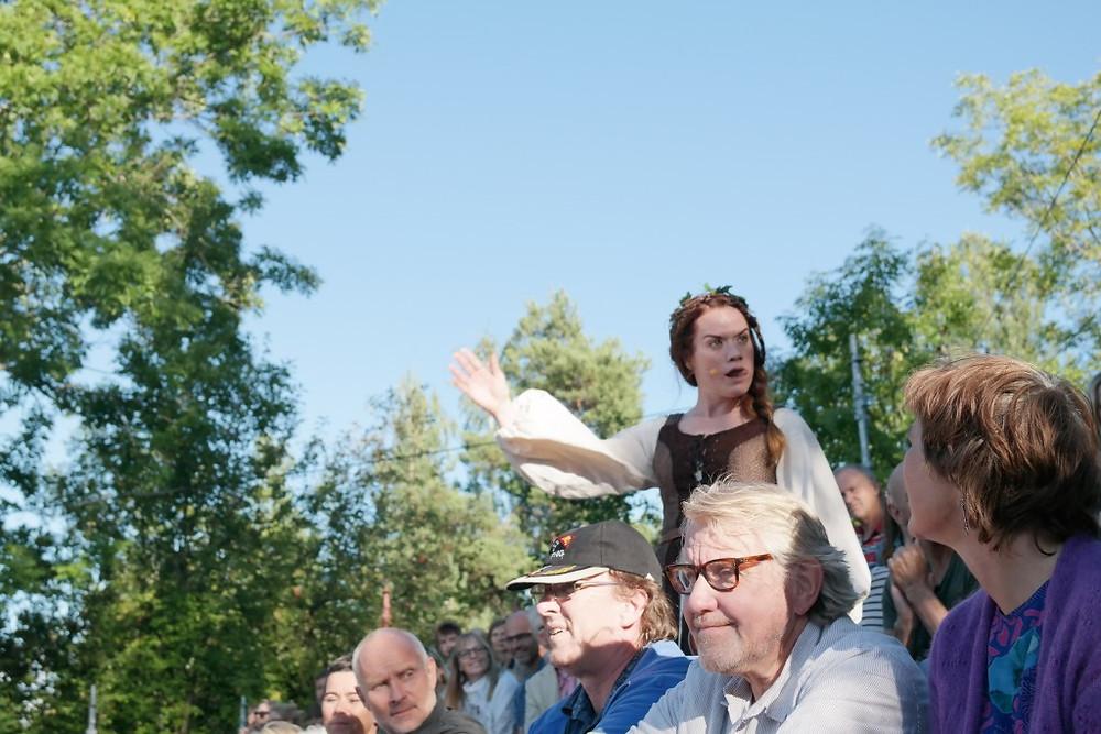 Henriette omkranset av et fornøyd publikum