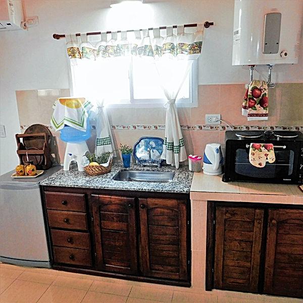Cocina con horno y pava eléctricos y equipamiento cmpleto