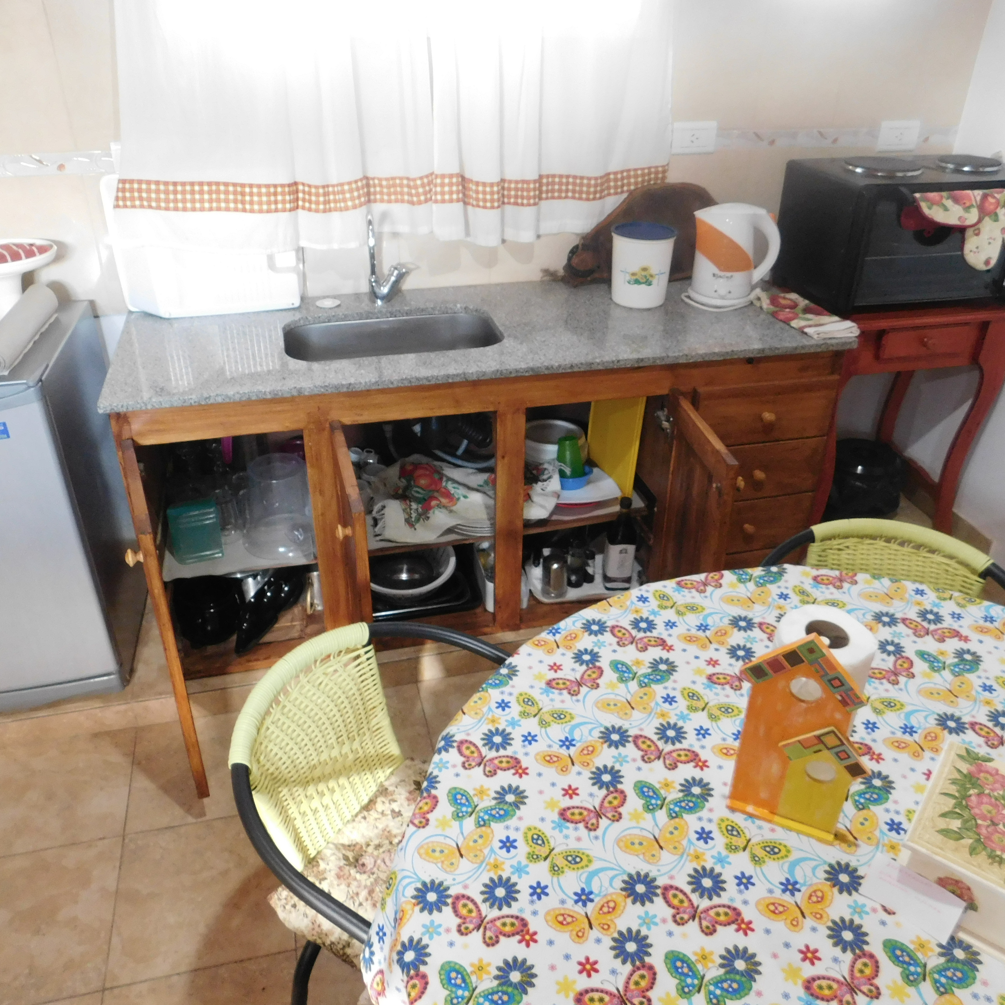Mesada de cocina con utensillos