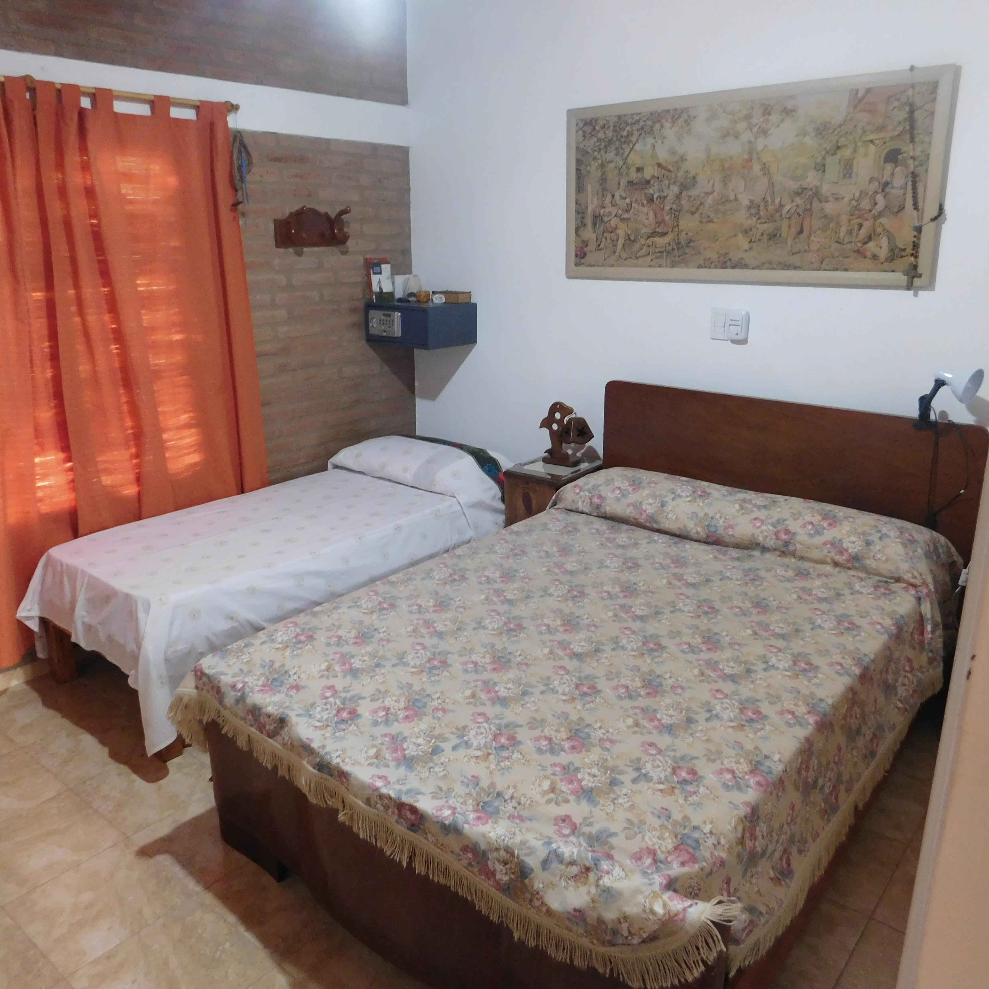 Dormitorio con cama adicionalal