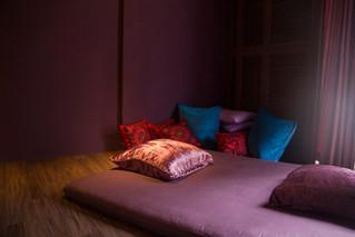 紫色床單照映的心靈角落