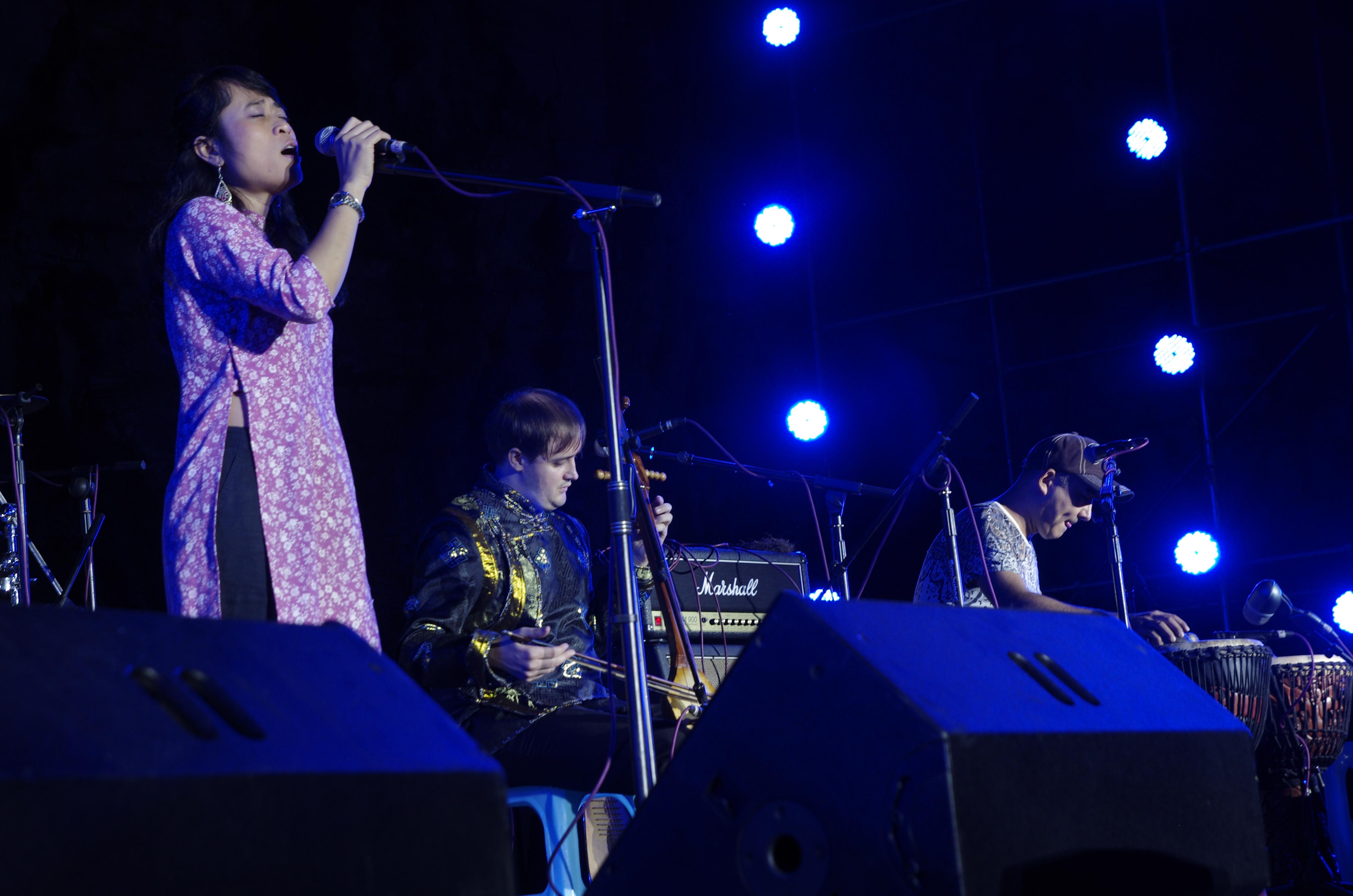 Tran Nguyen Singing