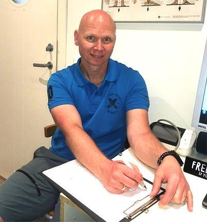 Erik fyller i hälsodeklaration på Pakviskliniken