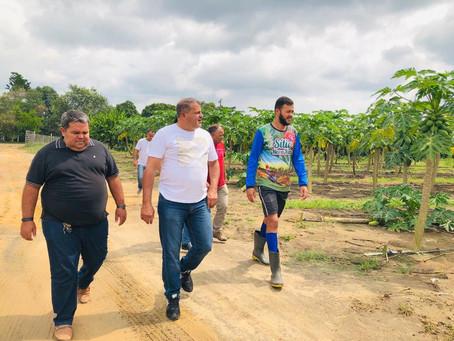 Prefeito Isaac Lima visita produtor rural referência no plantio de mamão no Juruá