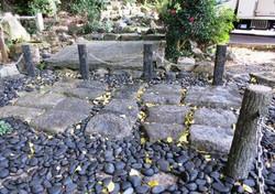蝉丸神社の車石