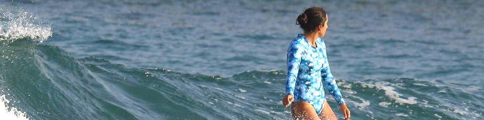 גולשת בבגד ים שלם תכלת שרוול ארוך