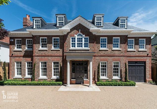 Дом в английском стиле с кирпичным фасадом