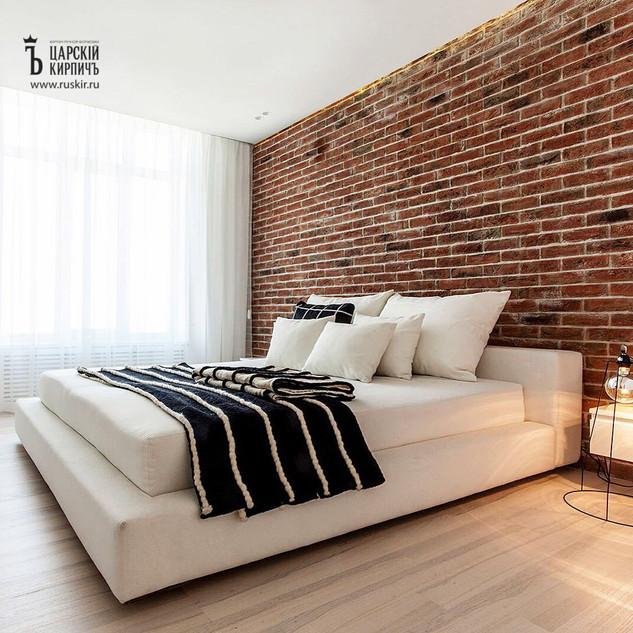 Плитка из кирпича под старину в интерьере спальни