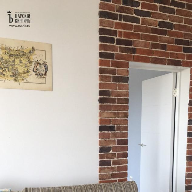 Плитка под кирпич в оформлении дверного проема