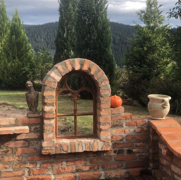 Обрамление окна старинным кирпичом