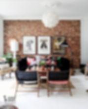 кирпичная стена в интерьре гостиной