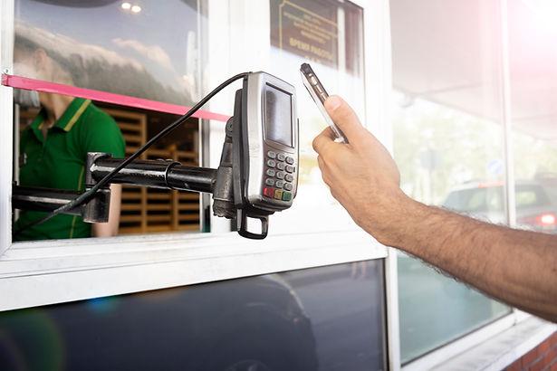 pay-for-food-or-drinks-via-mobile-phone-using-barc-KJU7JJ8.jpg
