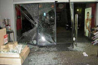 vitrine cassée à Paris..jpg