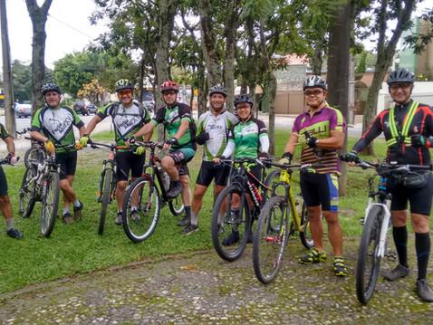 Pessoas de todas as idades se rendem aos grupos de ciclistas