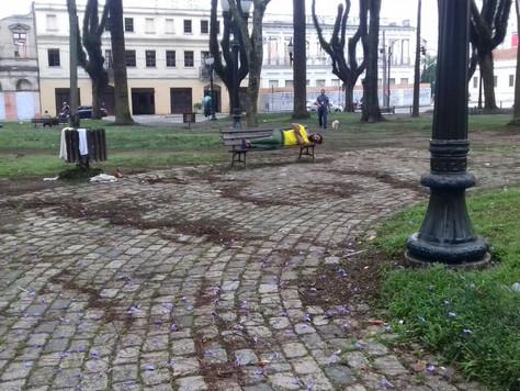 Praças do centro de Curitiba revelam descaso