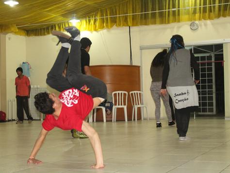 B-boys da fé: igreja cede espaço para prática de dança de rua