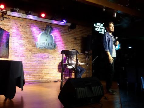 Stand up Comedy: um humorista, um microfone, várias risadas