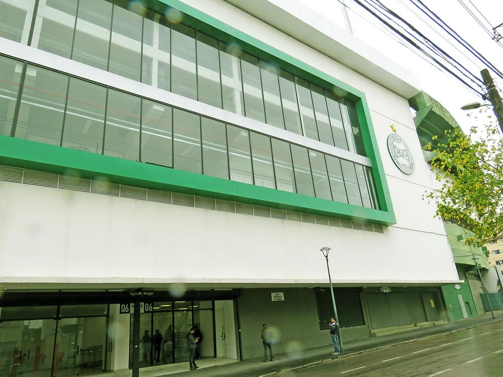 Vista externa do Estádio Couto Pereira a partir da Rua Mauá no Alto da Glória.  (Crédito: Clóvis Pedrini Jr.)