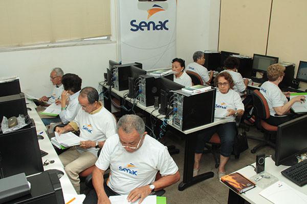 Alunos do Senac de Belém, Pará, fazem exercícios da aula de informática (Crédito: Divulgação)