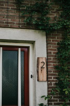 Trouwen in voedselbos Heeswijk-Dinther eigen achtertuin. Trouwen in een kas. Jennie from the blog. Schuurmans & Schuurmans Groene Muts Merel en Ruud. Trouwjurk van Scotch & Soda.
