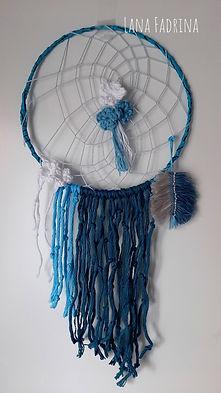 Foto de un Atrapasueños con tonos azules y blanco.