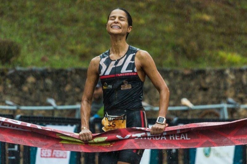 O alívio de Isabella Ribeiro ao cruzar a linha de chegada novamente em primeiro lugarno Duatlhon feminino