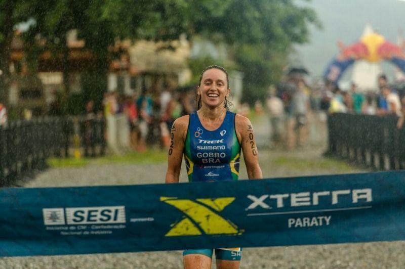 Sabrina Gobbo demonstra alívio e cansaço na chegada. A paulista foi tetra campeã do Triathlon XTERRA