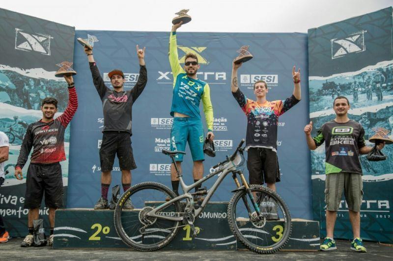 O campeão da etapa e do ranking 2017 no Enduro, Léo Mattioli, ergue o troféu no pódio