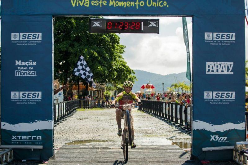 Sidnei Fernandes empenou sua bike para comemorar mais um título no XTERRA