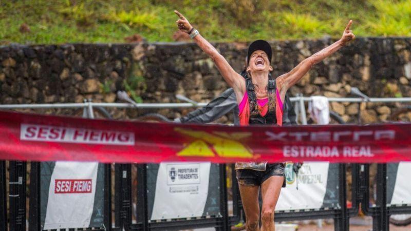 Rosália Camargo ergueu os braços e festejou sua 13° vitória no XTERRA