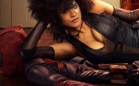 Deadpool se transforme en carpette pour Domino !