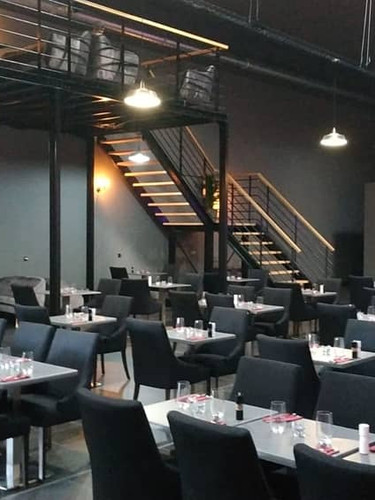 Le restaurant est prêt à accueillir les clients