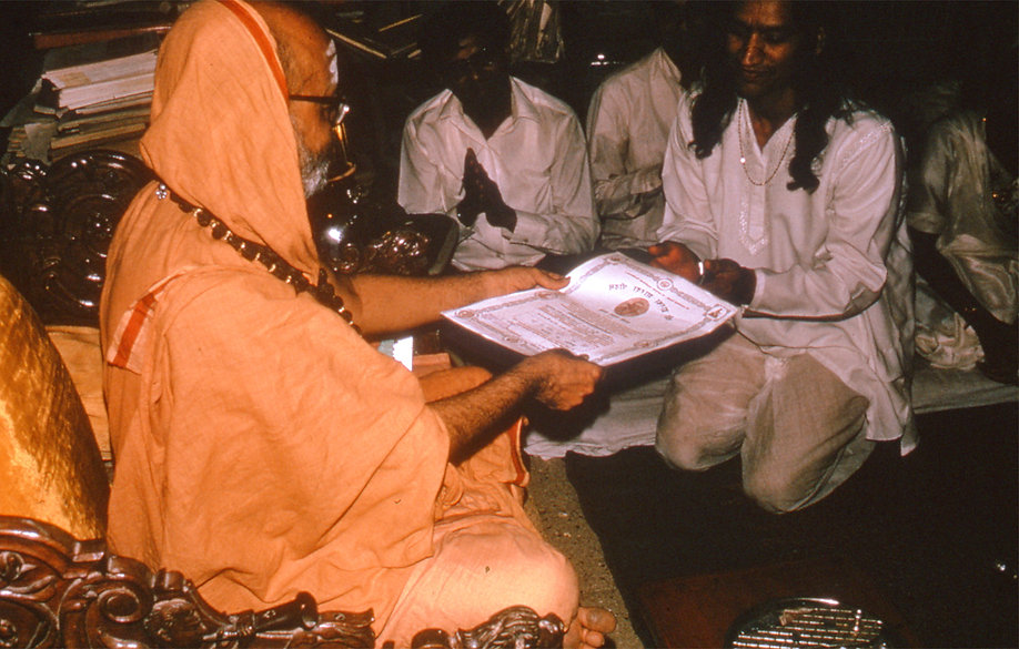 Yogi Amrit Desai receiving award from Jagadaguru Shakaracharya Maharaj