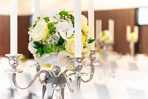 Tischdeko mit Blumen und Kerzen