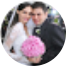 Casal juntos segurando um buquê de rosas