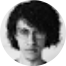 homem em foto preto e branco com cabelos longos e óculos grandes