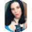 Mulher branca com cabelo negro aos ombros e regata azul claro