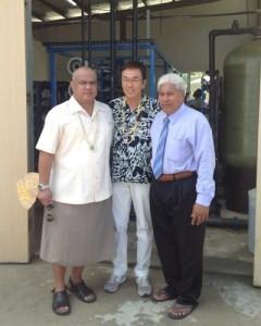 海水淡水化装置テープカット後サカイオ副首相(右)らと
