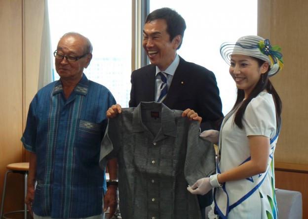 仲井眞知事とミス沖縄の山田美南海さんにかりゆしをいただきまし