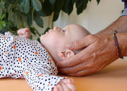 Babies lieben die Berührungen der CranioSacralTherapie