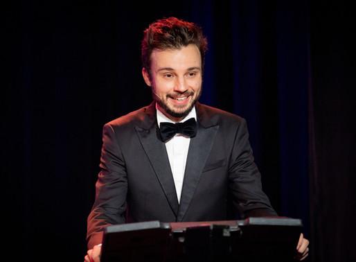Jeune, talentueux et engagé : rencontre avec Tom Villa, le couteau-suisse de l'humour français.