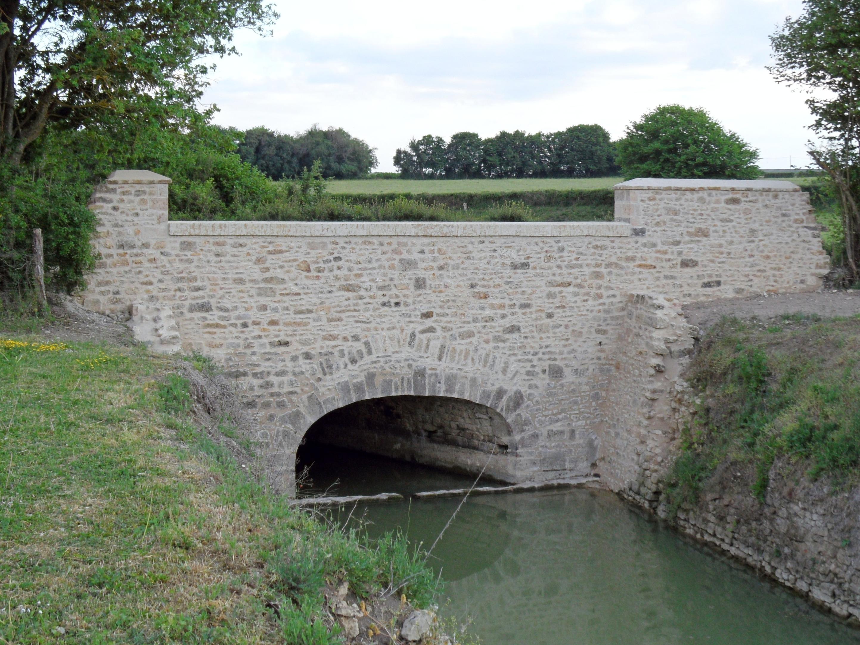 Pont donnant sur le vivier