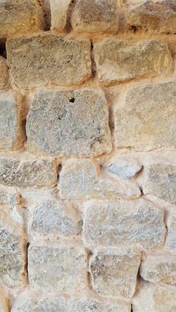 Piquetage des pierres du cloître