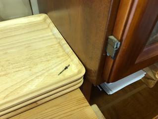 食器棚の扉が突然!!