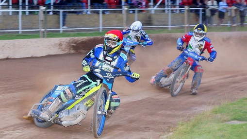 Adam Ellis Leads Heat 10 : Image By Ian Groves